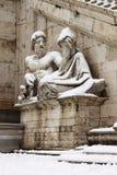 Estatuas en el cuadrado de Campidoglio bajo nieve Fotografía de archivo