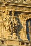 Estatuas en el edificio en París imagen de archivo