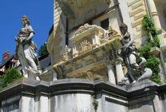 Estatuas en el inSinaia,Â Rumania del palaciode Pelisor imagen de archivo