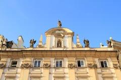 Estatuas en el tejado imagen de archivo