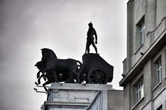 Estatuas en el tejado de Banco Bilbao Vizcaya Madrid España Imagen de archivo