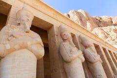 Estatuas en el templo de Hatshepsut - Luxor, Egipto imagen de archivo