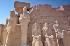 Estatuas en el templo de Karnak Lyuksor Egipet Fotografía de archivo