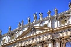 Estatuas en la basílica de Peters del santo Foto de archivo