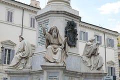 Estatuas en la base del ` Imacolata del dell de Colonna imagenes de archivo