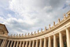 Estatuas en la columnata de la basílica de San Pedro Ciudad del Vaticano, Foto de archivo libre de regalías