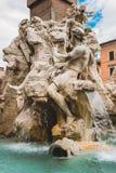 estatuas en la fuente antigua de cuatro ríos en Roma, Italia fotografía de archivo