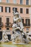estatuas en la fuente de Neptuno en Roma, Italia imagenes de archivo