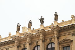 Estatuas en la sala de conciertos Rudolfinum imagen de archivo libre de regalías