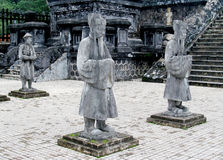 Estatuas en la tumba imperial de Khai Dinh imagenes de archivo