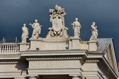 Estatuas en las columnatas Cuadrado del ` s de San Pedro imagen de archivo