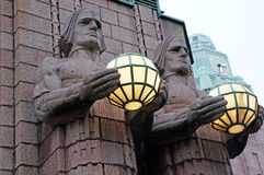 Estatuas en las paredes de la estación de tren central Helsinki, Finlandia Foto de archivo
