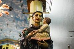 Estatuas en noche del primer de la iglesia imágenes de archivo libres de regalías