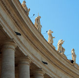 Estatuas en St Peters Square, Vaticano foto de archivo