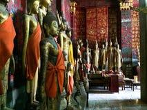 Estatuas en templo budista foto de archivo