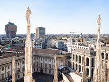 Estatuas encendido de los di Milano del Duomo sobre Royal Palace foto de archivo