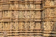 Estatuas eróticas en las paredes fuera del templo del khajuraho fotos de archivo