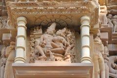 Estatuas eróticas en las paredes fuera del templo del khajuraho foto de archivo libre de regalías