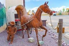 Estatuas, esculturas de la trabajo de metalister?a del hierro cerca del caf? Stones&More en Arizona imagenes de archivo