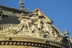 Estatuas europeas de la arquitectura en el edificio en París imágenes de archivo libres de regalías