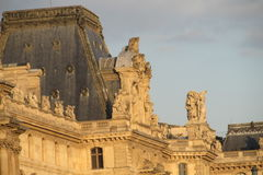 Estatuas europeas de la arquitectura en el edificio en París fotografía de archivo libre de regalías