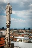 Estatuas exteriores de la decoración de Milan Cathedral Duomo di Milano, Italia fotografía de archivo