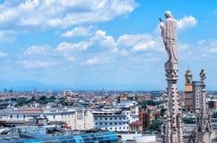 Estatuas exteriores de la decoración de Milan Cathedral Duomo di Milano, Italia imagen de archivo libre de regalías