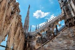Estatuas exteriores de la decoración de Milan Cathedral Duomo di Milano, Italia imagenes de archivo