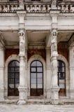 Estatuas femeninas en columnas Imagen de archivo