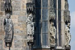 Estatuas góticas en la repisa de la iglesia Foto de archivo