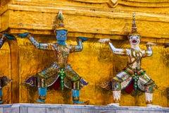 Estatuas gigantes en la base de la pagoda del oro en Wat Pra Kaew en el palacio magn?fico foto de archivo libre de regalías