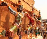 Estatuas gigantes en Wat Phra Kaew imágenes de archivo libres de regalías