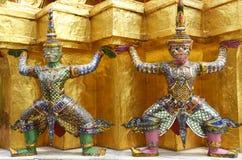 Estatuas gigantes que llevan el Jedi en el palacio magnífico Fotos de archivo