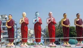 Estatuas hermosas de santos budistas en el tejado del templo en Colombo imagenes de archivo