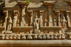 Estatuas hermosas en la pared de piedra ornamental del templo antiguo de Brihadisvara en el cholapuram del gangaikonda, la India foto de archivo