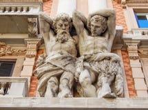 Estatuas ornamentales de mármol en la fachada de un edificio histórico en el centro de Genoa Genova, Italia imagen de archivo