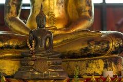 Estatuas pequeñas y grandes de Buda Fotos de archivo libres de regalías