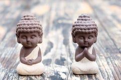 Estatuas, profesor o amo y aprendiz de Budda del bebé Dos pequeños monjes Meditación y zen, concepto de la relajación Foto de archivo libre de regalías
