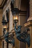 Estatuas que llevan a cabo la luz imágenes de archivo libres de regalías