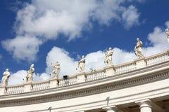 Estatuas que vigilan gente Fotografía de archivo