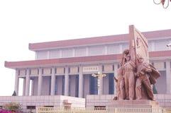 Estatuas revolucionarias en la Plaza de Tiananmen imagen de archivo