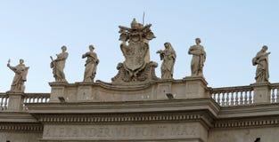 Estatuas romanas en el tejado fotografía de archivo