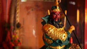 Estatuas tradicionales budistas de dioses sagrados chinos en el altar dentro del templo almacen de metraje de vídeo