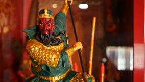 Estatuas tradicionales budistas de dioses sagrados chinos en el altar dentro del templo metrajes