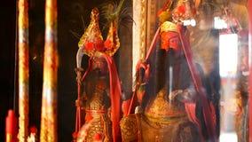 Estatuas tradicionales budistas de dioses sagrados chinos en el altar dentro del templo almacen de video