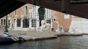 Estatuas venecianas del león del arsenal fotos de archivo