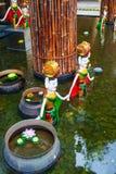Estatuas vietnamitas en la piscina Foto de archivo