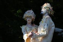 Estatuas vivas - goce joven de los pares Fotografía de archivo libre de regalías