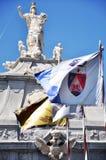 Estatuas y banderas en Alba Iulia fotografía de archivo