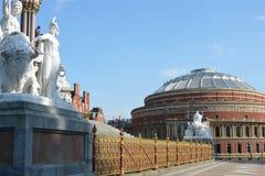 Estatuas y cerca del monumento fotografía de archivo